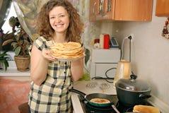 Mulher que cozinha panquecas Fotografia de Stock Royalty Free