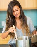 Mulher que cozinhado o jantar Fotografia de Stock Royalty Free