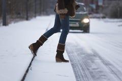 Mulher que cruza a estrada Fotos de Stock