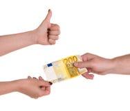 Mulher que dá a cédula do euro 200 a um homem Imagens de Stock Royalty Free