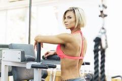 Mulher que dá certo no gym fotos de stock