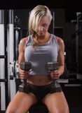 Mulher que dá certo no gym com pesos Fotografia de Stock Royalty Free