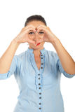 Mulher que dá forma ao coração na frente dos olhos Foto de Stock Royalty Free