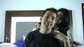 Mulher que dá a marido uma massagem video estoque