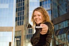 Mulher que dá o cartão de crédito Foto de Stock