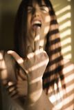 Mulher que dá o dedo médio. Fotografia de Stock