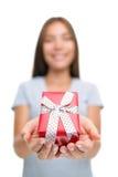 Mulher que dá o presente para o Natal ou os presentes de aniversário foto de stock