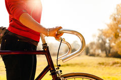 Mulher que dá um ciclo na bicicleta no parque do outono Imagem de Stock Royalty Free