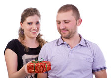 Mulher que dá um presente a seu noivo Imagens de Stock