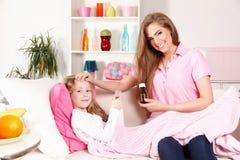Mulher que dá a medicina à criança Imagem de Stock