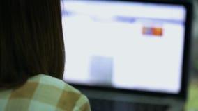 Mulher que datilografa em um portátil filme