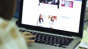 Mulher que datilografa em um portátil video estoque
