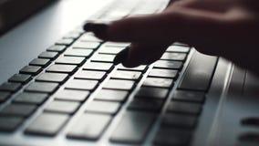 Mulher que datilografa no portátil As mãos fêmeas fecham-se acima filme