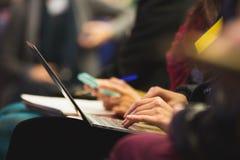 Mulher que datilografa no portátil detalhe Foto de Stock Royalty Free