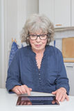 Mulher que datilografa no tabuleta-PC Fotografia de Stock Royalty Free