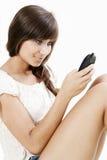 Mulher que datilografa no telefone fotografia de stock royalty free