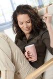 Mulher que daydreaming com o copo do chá foto de stock