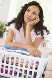Mulher que Daydreaming sobre a cesta de lavagem imagem de stock royalty free