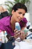 Mulher que decide que produtos de beleza embalar Imagem de Stock Royalty Free