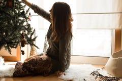 Mulher que decora a árvore de Natal Imagens de Stock