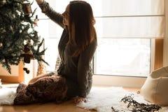 Mulher que decora a árvore de Natal Fotografia de Stock