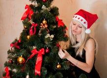 Mulher que decora a árvore de Natal Fotos de Stock Royalty Free