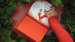Mulher que decora o giftbox com açúcar pulverizado e figuras, presentes feitos à mão video estoque