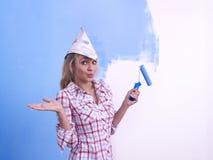 Mulher que decora a parede Foto de Stock Royalty Free