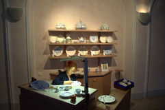 Mulher que decora a placa da porcelana, Meissen Imagens de Stock