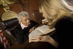 Mulher que defende com juiz Imagem de Stock Royalty Free