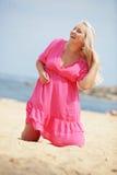 Mulher que descansa na praia foto de stock royalty free