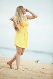 Mulher que descansa na praia fotografia de stock