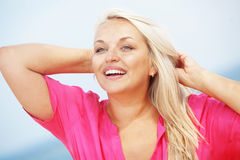 Mulher que descansa na praia fotos de stock royalty free