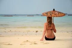 Mulher que descansa na praia Imagem de Stock Royalty Free