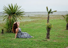 Mulher que descansa pelo mar em Geórgia Imagem de Stock