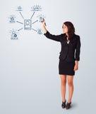 Mulher que desenha ícones sociais da rede no whiteboard imagens de stock royalty free