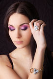 Mulher que desgasta o anel e o bracelete dourados Foto de Stock Royalty Free