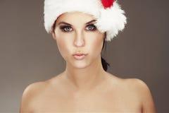 Mulher que desgasta o chapéu de Santa Fotografia de Stock