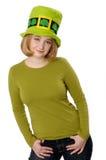 Mulher que desgasta o chapéu do dia do St. Patrick. Imagem de Stock