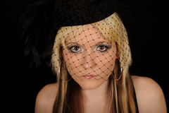 Mulher que desgasta o chapéu vendado imagens de stock