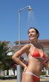 mulher que desgasta o chuveiro vermelho das tomadas do terno de banho Fotos de Stock Royalty Free