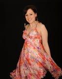 Mulher que desgasta o vestido colorido imagens de stock