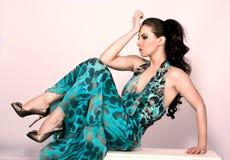 Mulher que desgasta o vestido elegante longo Fotografia de Stock Royalty Free