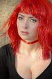 Mulher que desgasta a peruca vermelha do glitter Fotografia de Stock