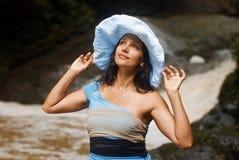 Mulher que desgasta um chapéu Imagens de Stock