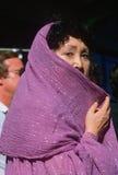 Mulher que desgasta um xaile Imagens de Stock Royalty Free
