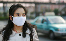 Mulher que desgasta uma máscara protectora Fotos de Stock