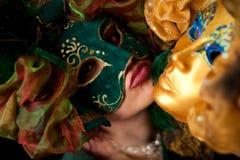 Mulher que desgasta uma máscara verde, pronta para ser beijado Imagens de Stock Royalty Free