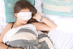 Mulher que dorme com máscara de olho imagens de stock