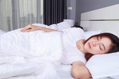 Mulher que dorme com seu marido em uma cama confortável em casa Imagens de Stock